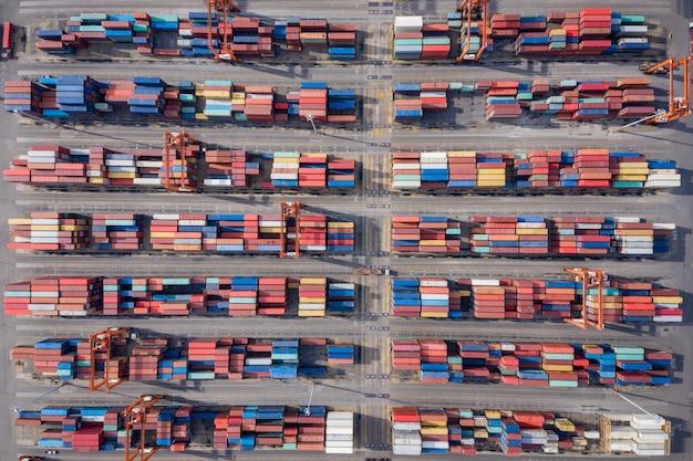 Contenedores que se cargarán en el barco para su transporte por la vista aérea desde el mar