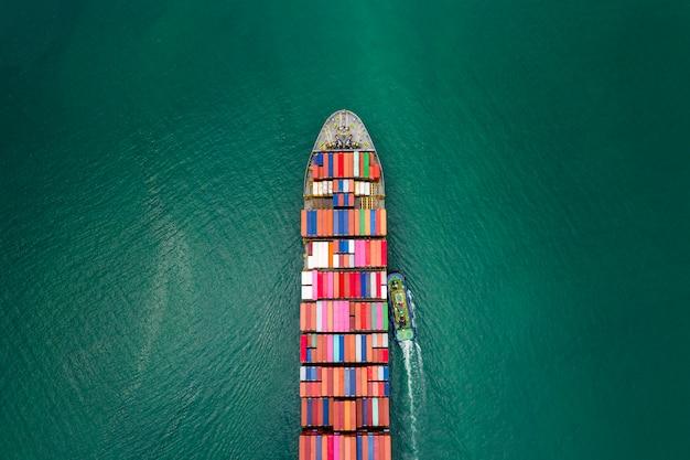 Contenedores de transporte de carga, importación y exportación, negocios, transporte, logística, servicio internacional por barco de contenedores de carga, miedo al mar.