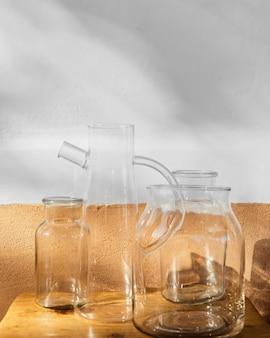 Contenedores de vidrio diferentes de cocina minimalista abstracta.