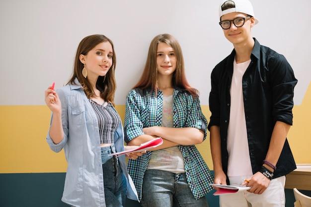 Contenido, adolescentes, posar, juntos