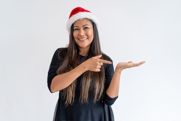 Contenido de dama de navidad compartiendo buenas noticias.