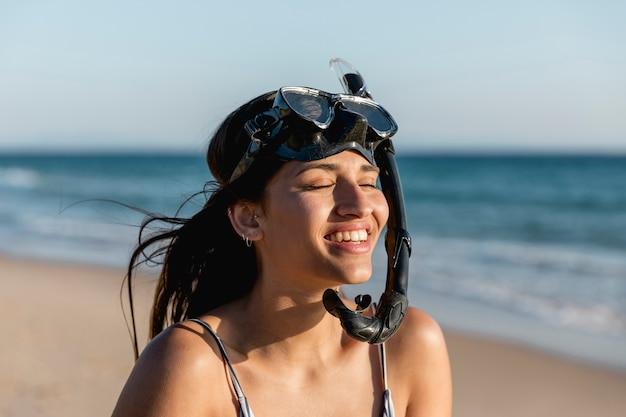 Contenido hermosa mujer en máscara de snorkel en resort