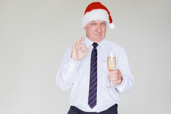Contenido hombre de negocios en santa hat con champagne