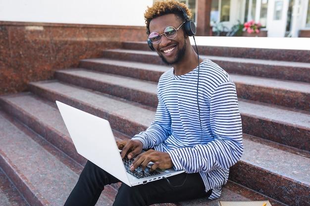 Contenido hombre negro con ordenador portátil