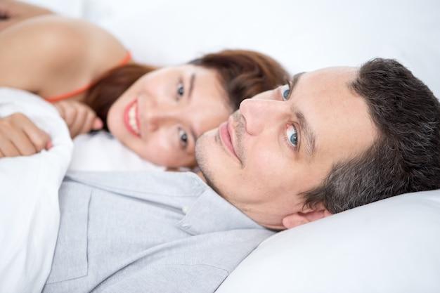 Contenido pareja interracial descansando en la cama