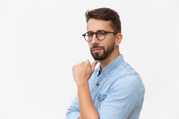 Contenido satisfecho cliente masculino tocando la barbilla