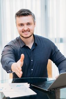 Contratación laboral. reclutador o hr extendiendo una mano en gesto de bienvenida