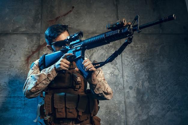 Contratista militar privado estadounidense con rifle.