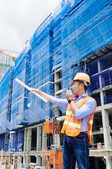 Contratista vietnamita gestionando el trabajo