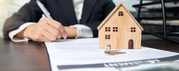 Contrato de bienes inmuebles y firma, el vendedor y el comprador de la casa negocian con éxito y logran un acuerdo y firman en papel