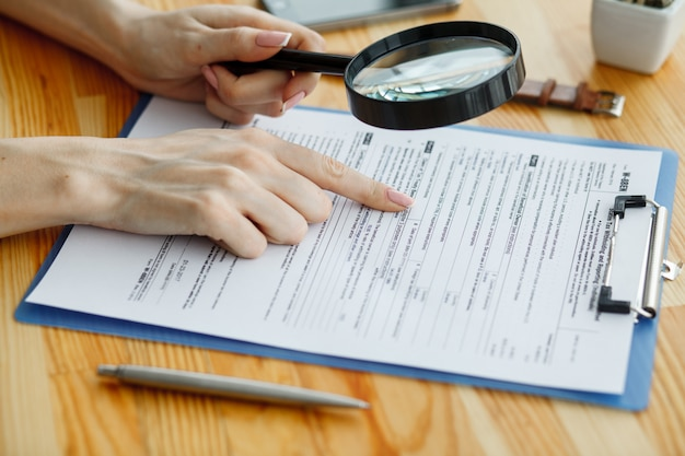 Contrato a la espera de un signo de notario público en el escritorio