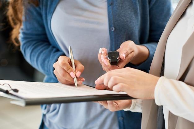 Contrato de firma del nuevo propietario del automóvil