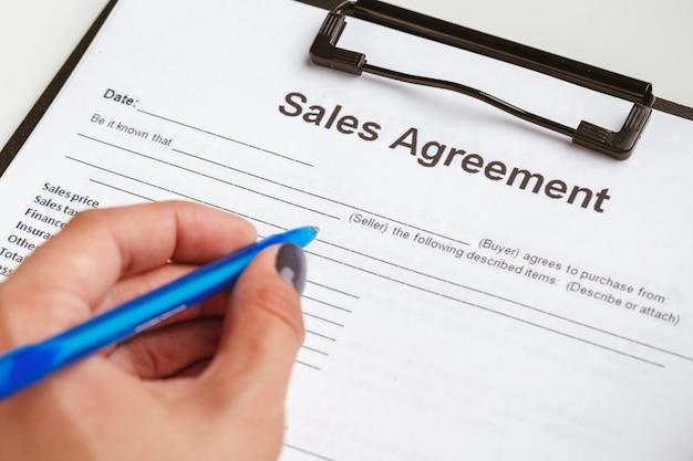 Contrato de formulario, venta y compra de vivienda o concepto de condominio.
