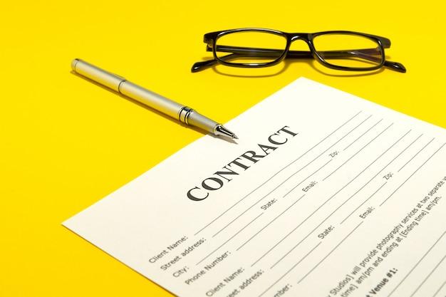 El contrato de la mesa amarilla y el bolígrafo.