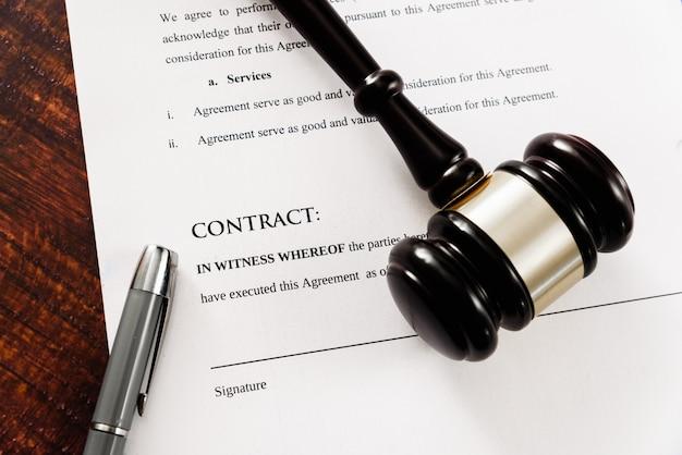 Los contratos comerciales deben ser firmados, el contrato simulado visto desde arriba.