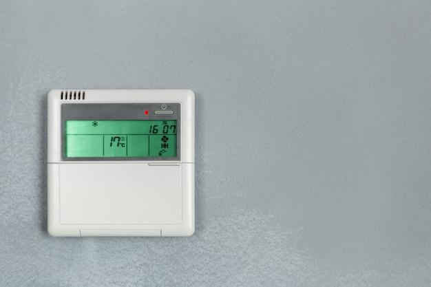 Control de aire acondicionado, termostato digital programable en pared.