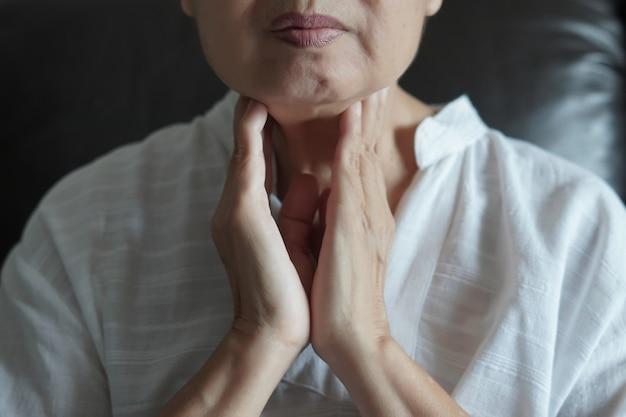 Control de la glándula tiroides femenina de edad avanzada