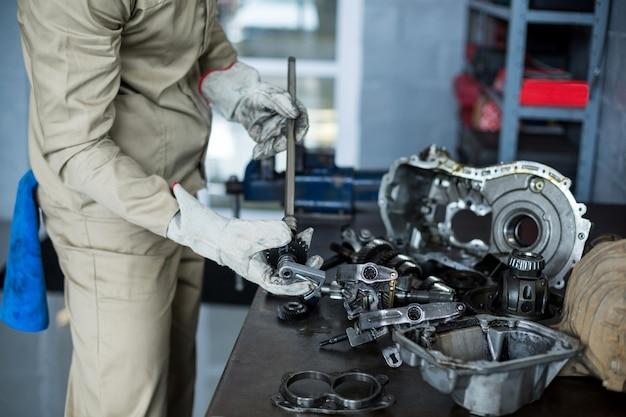 Control mecánico de piezas coche