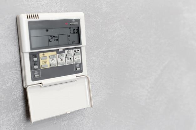 Control remoto de aire acondicionado en una habitación de hotel.