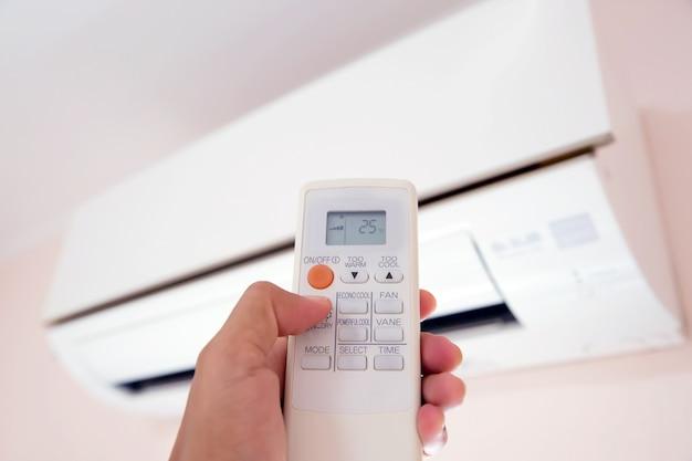 Control remoto aire acondicionado a una temperatura de 25 grados.