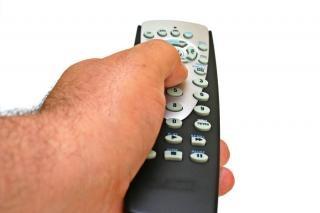 Control remoto en la mano aislados, el volumen