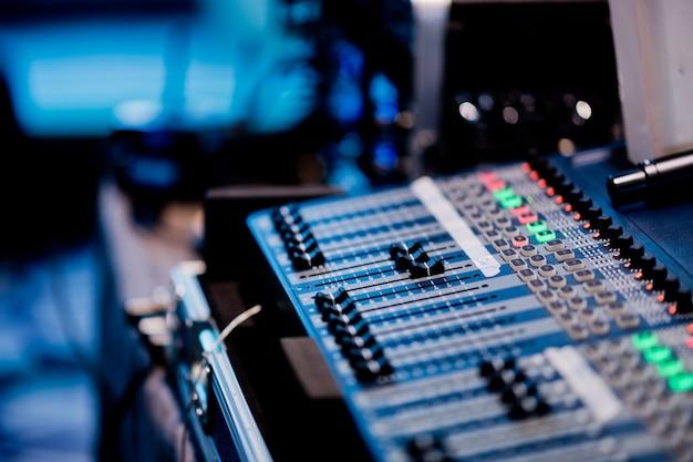 Control de sonido para concierto, control de mezclador, ingeniero musical, backstage