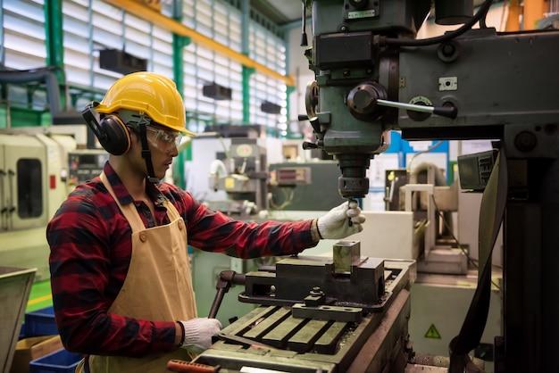 Control de trabajador de fábrica control de calidad de maquinaria