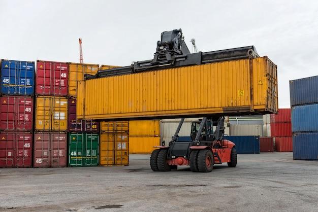 Controlador de apilador móvil en acción en una terminal de contenedores.