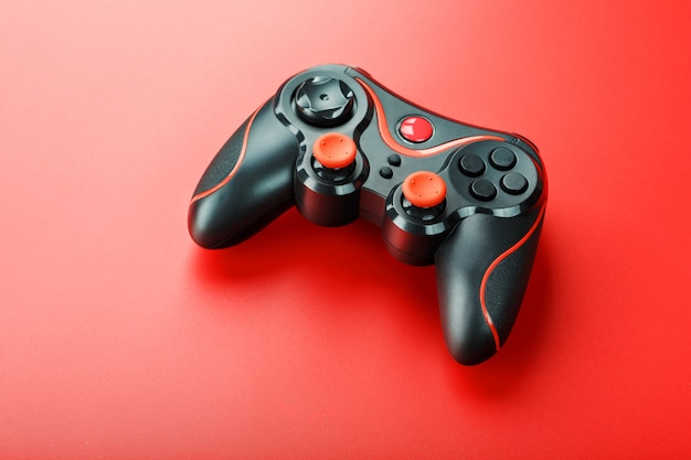 Controlador de juego controlador en superficie roja