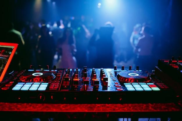 Controlador mezclador de dj en una fiesta en una discoteca