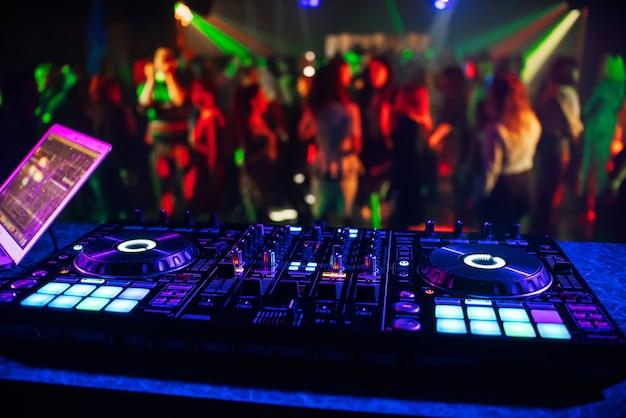 Controlador de música dj mezclador en un club nocturno