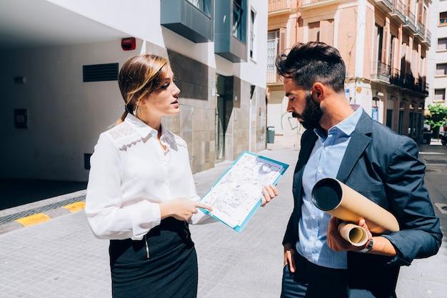 Conversación entre el arquitecto y el agente inmobiliario