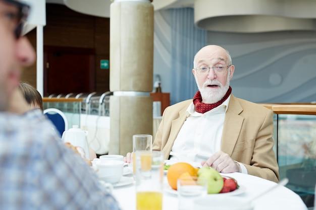 Conversación en el desayuno.