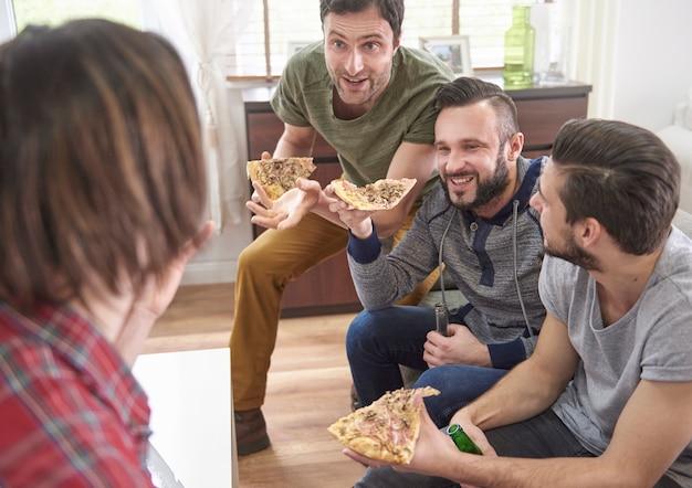 Conversación divertida entre cuatro hombres