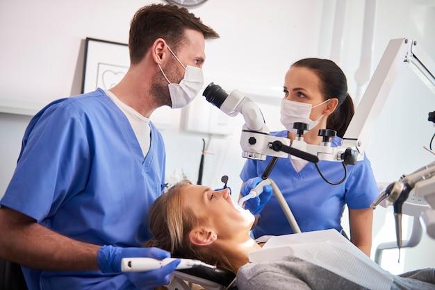 Conversación entre dos dentistas en la clínica del dentista