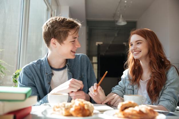 Conversación de dos estudiantes en cafe