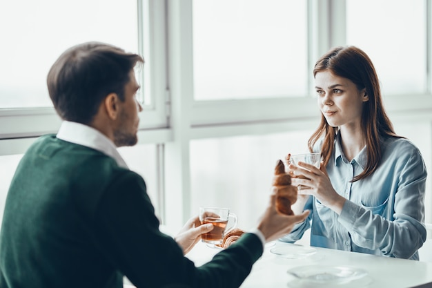 Conversación hombre y mujer junto a la ventana