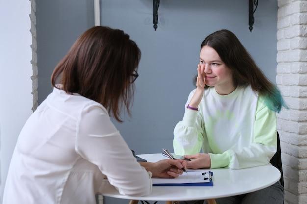 Conversación de médico psicólogo adolescente y mujer