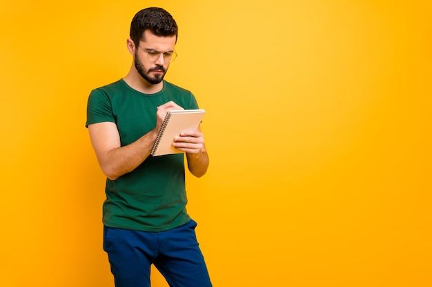 Convertido chico universitario concentrado escribir en su cuaderno