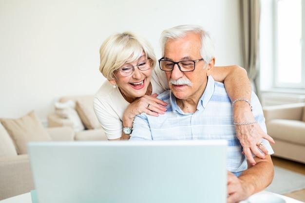 Cónyuges ancianos en casa