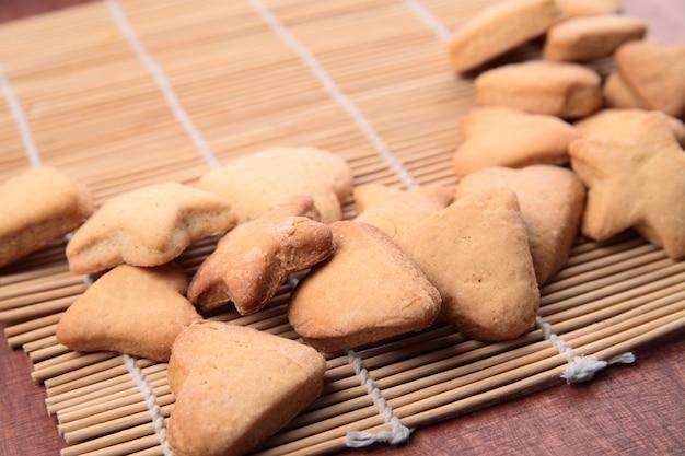 Cookie en forma de corazones y estrellas.