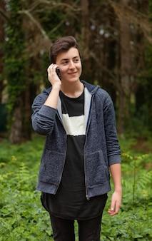 Cool adolescente con cincuenta años y un móvil