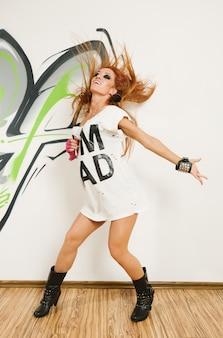 Cool bailarina de hip-hop con el pelo volando