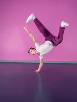 Cool break dancer haciendo handstand en una mano