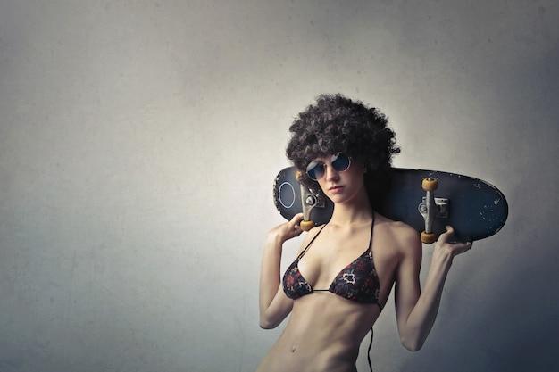 Cool chica elegante en peluca