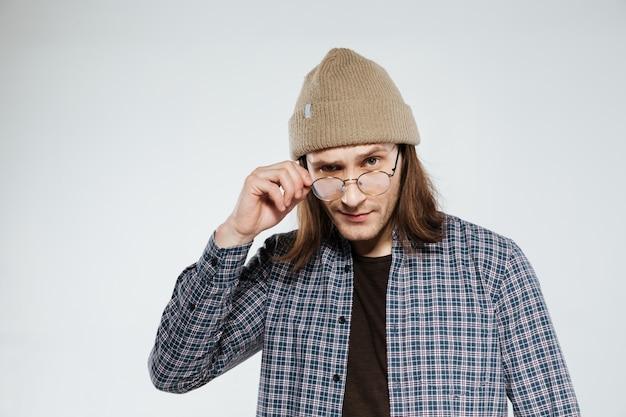 Cool hipster en anteojos