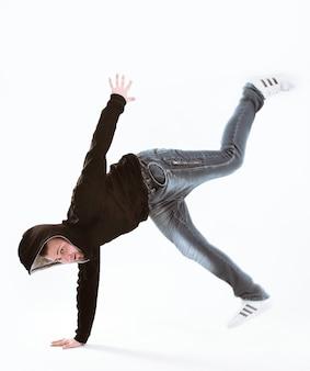 Cool joven bailarina de break aislado