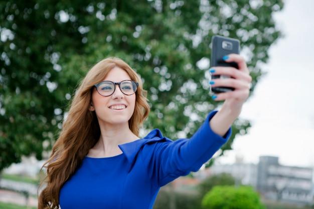 Cool mujer bonita con un móvil