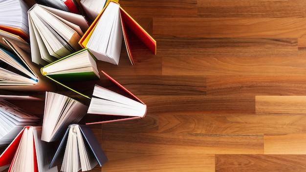 Cop-space abrió libros sobre la mesa