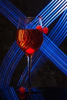 Copa de aperol spritz cocktail con cerezas